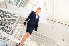 走在台阶的年轻女实业家 免版税图库摄影