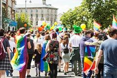 走在同性恋游行的人们 免版税库存图片