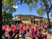 走在同性恋自豪日游行的一群人在怀特大道附近,在埃德蒙顿,阿尔伯塔,加拿大 许多我们的年轻家庭 peop 免版税图库摄影