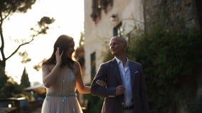 走在后院附近的丰富的夫妇的被弄脏的图片 股票视频
