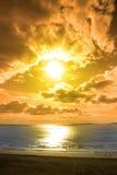 走在含沙Ballybunion海滩的游人 库存照片