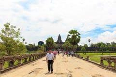 走在吴哥窟寺庙前面的游人在柬埔寨 免版税库存照片
