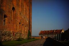 走在哥特式城堡附近的夫妇在格涅夫 库存照片