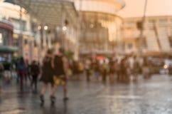 走在商城的被弄脏的人民 免版税图库摄影