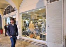 走在商店窗口前面和购物在16世纪的中央门廓的人们 库存图片