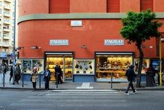 走在商店2014年5月31日的保罗calzature的人们 免版税库存图片