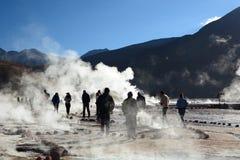走在喷泉领域的游人 El Tatio 安托法加斯塔地区 智利 图库摄影