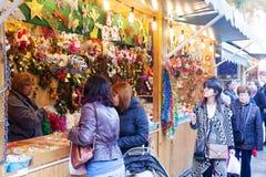 走在圣诞节市场上的人们 免版税库存图片