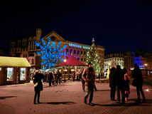 走在圣诞节市场附近的人们在里加在晚上 免版税库存照片