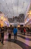 走在圣诞节的人们充分计时圣诞灯在澳门,中国 库存照片
