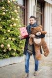 走在圣诞节的街道上的英俊的人与女用连杉衬裤是 库存图片