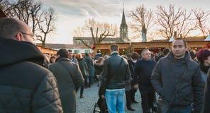 走在圣诞节marke的摊位的中间公众 免版税图库摄影