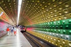 走在地下地铁的人们在布拉格 免版税库存图片