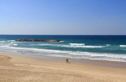走在地中海旁边的海滩的夫妇 库存照片