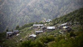 走在地方村庄之间房子的牧群山的 股票录像