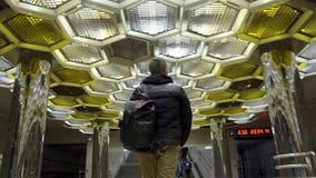 走在地铁的年轻人背面图 r 旅客去与在地铁的背包在设计师背景  影视素材
