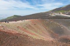 走在埃特纳火山附近,意大利Silvestri火山口的游人  免版税库存照片