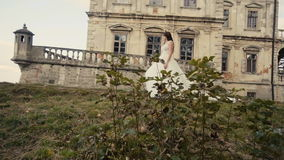 走在城堡前的美丽的新娘 股票录像