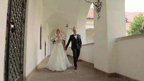 走在城堡的美好的夫妇 帅哥和柔软妇女 股票录像