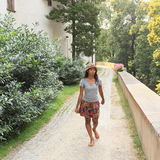 走在城堡Konopiste附近的女孩 图库摄影