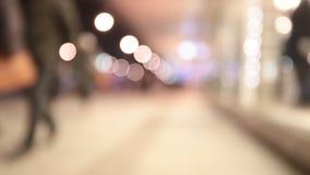 走在城市夜背景中的人们 股票视频