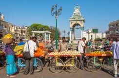 走在城市市场附近的顾客人群用果子和veg市场 免版税库存图片