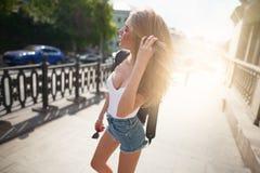 走在城市游人的年轻美女 库存照片