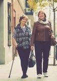 走在城市的愉快的高兴的成熟妇女 免版税库存图片