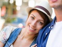 走在城市的愉快的年轻夫妇 图库摄影