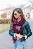走在城市的时髦的时兴的女孩 免版税图库摄影