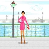 走在城市的美丽的妇女 免版税库存图片