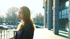 走在城市街道上的阳光下的年轻白肤金发的妇女 股票视频