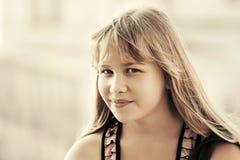 走在城市街道的愉快的青少年的女孩 图库摄影