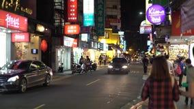 走在城市街道的边路的亚裔人民在Dongmen台北 影视素材