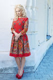 走在城市街道附近的美丽的年轻白肤金发的妇女 图库摄影