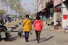 走在城市边路的中国妇女 免版税库存照片