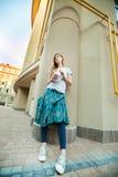 走在城市附近的华美的女孩用柠檬水 库存图片