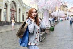 走在城市附近的女孩和做购买 图库摄影