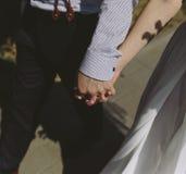 走在城市附近的新娘和新郎 免版税库存照片