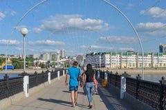 走在堤防的夫妇照片  免版税图库摄影