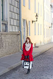 走在塔林老镇的美丽的女孩  库存图片