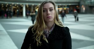 走在塞格尔广场的年轻女商人在斯德哥尔摩 股票录像