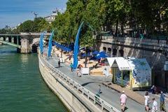 走在塞纳河附近的游人在巴黎 免版税图库摄影