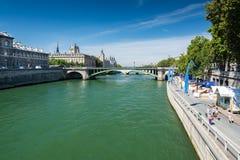 走在塞纳河附近的游人在巴黎 免版税库存照片