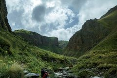 走在夏天山,旅途旅行艰苦跋涉概念的小组旅客 免版税图库摄影