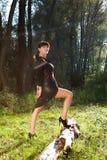 走在夏天森林里的女孩 免版税库存图片