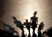 走在夏天的人的模糊的阴影散步 免版税库存图片