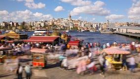 走在多数著名旅游地方附近的人Timelapse在伊斯坦布尔和加拉塔塔视图和Bosphorus 影视素材