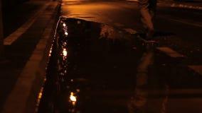 走在多雨夜的人 股票录像