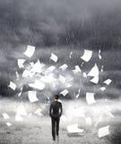 走在多雨天气的商人 免版税库存照片